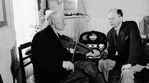 Professori Erkki Ala-Könni äänittämässä viulun soittoa.