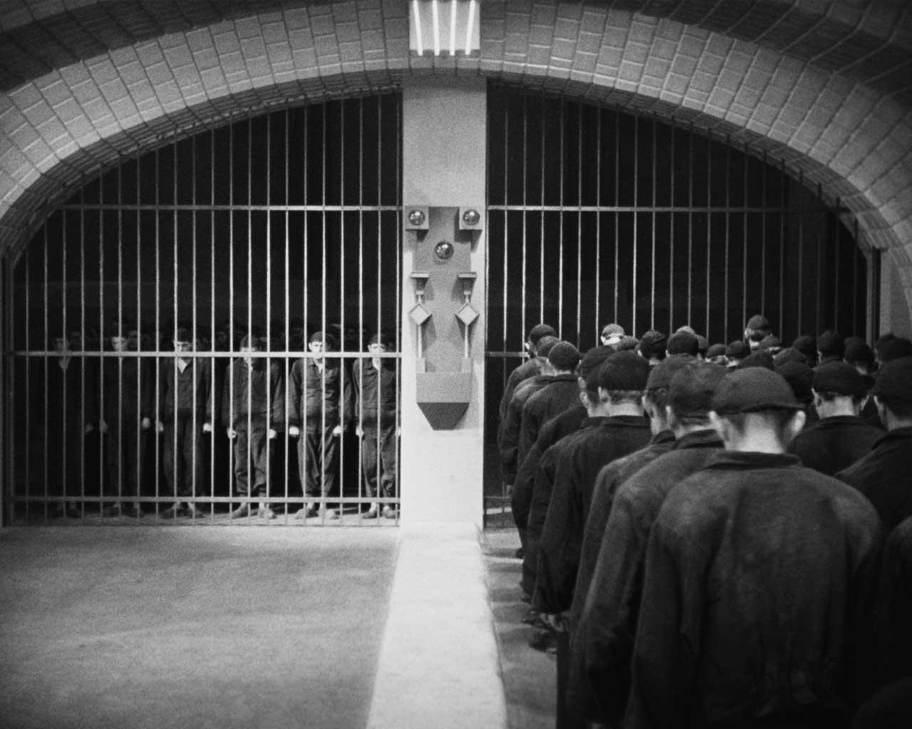 Työläiset vuoronvaihdossa Langin Metropolis-elokuvassa