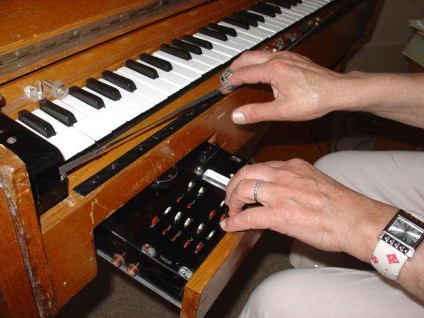 Ondes Martenot - ohjauspaneeli sekä glissandon mahdollistavat sormus ja nauha