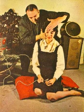 Bruce Haack soittaa Dermatronia naisen kasvoilla