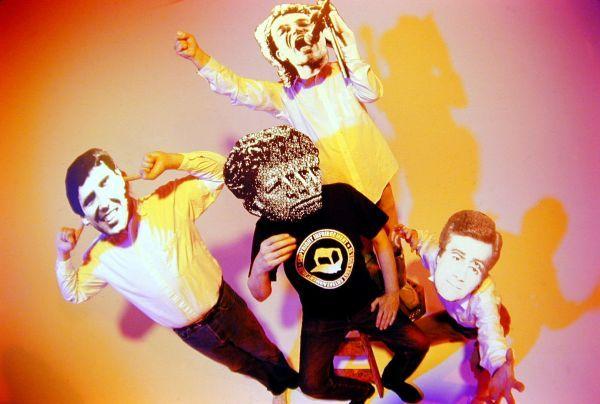 Negativland - bändikuva Fair Use -kirjan kantta varten. Maskit vasemmalta oikealle Gregory Ginn (SST Records), Bono (U2) ja Casey Kasem (American Top 40). Keskellä edessä olevaa en tunnista.
