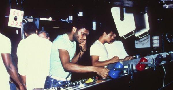 Larry Levan Paradise Garagen laitteiden ääressä