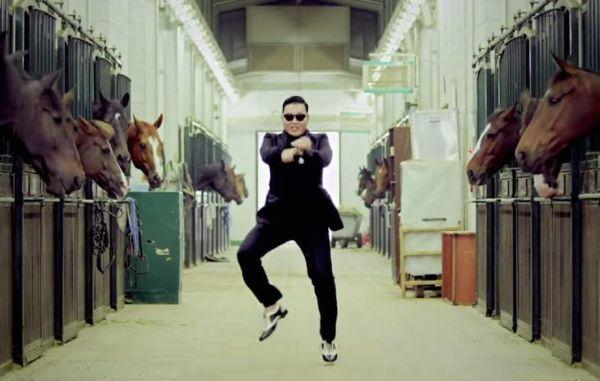 Kuvankaappaus Psyn musiikkivideosta Gangnam Style.