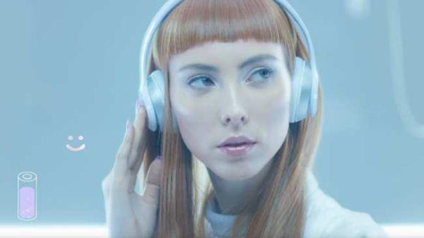 QT – Hey QT (kuvankaappaus musiikkivideosta))