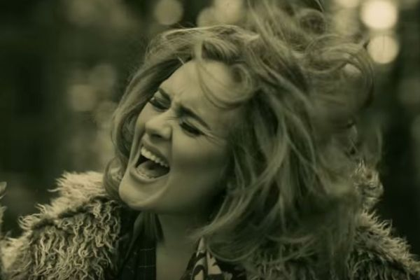 Adele - Hello (kuvankaappaus musiikkivideosta)