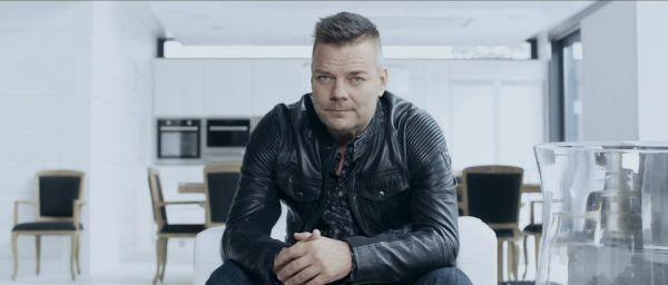 Jari Sillanpää - Sinä ansaitset kultaa (kuvankaappaus musiikkivideosta)