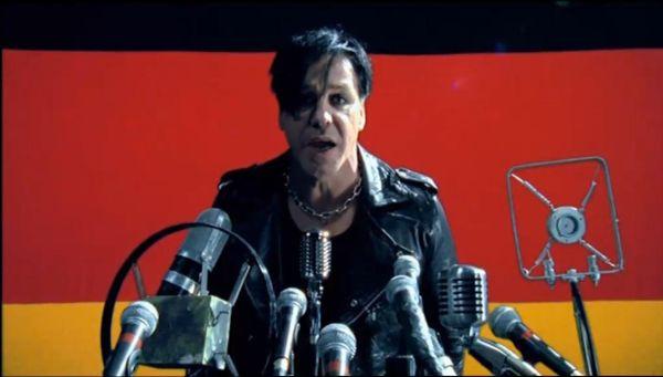 Rammstein - Pussy (kuvankaappaus musiikkivideosta)